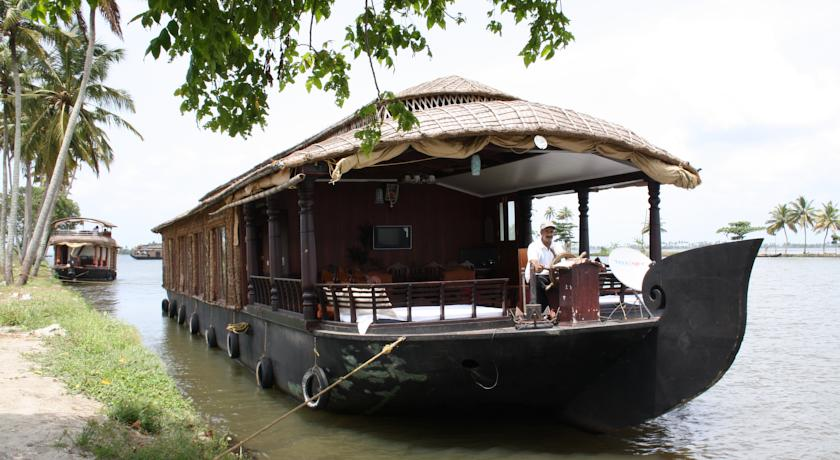 COSY HOUSE BOAT